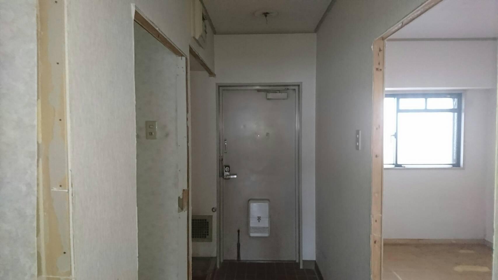 フルリフォーム前の3LDKのマンションの玄関