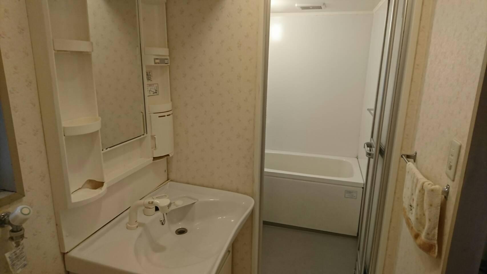 リノベーション前のマンションの洗面所とお風呂