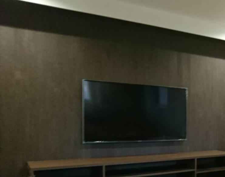 壁掛けテレビに対応して高級感が出たマンションのリビング