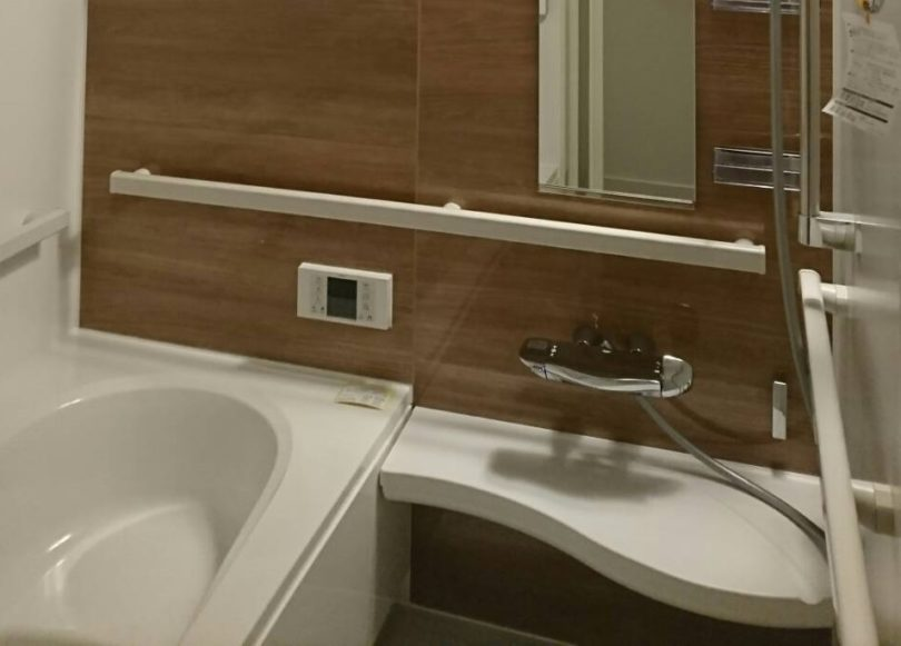 手すりを3ヶ所につけてバリアフリー化したマンションのお風呂